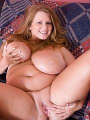 Blond hot bbw showing her amazing body